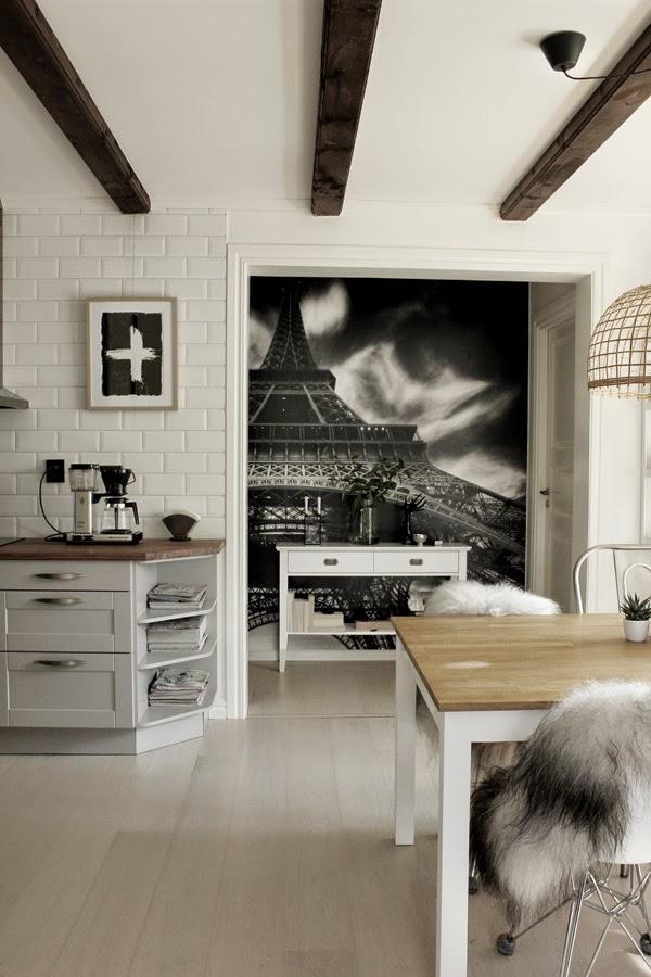 kök, köket, köksbord, matstolar, fårskinn, moccamaster, kaffe, vitt kakel, industristil, industriellt, industri, fototapet, eiffeltornet, avlastningsbord, dekoration, konsttryck, kors, svart och vitt, svartvita, tavla, tavlor, artprint, artprints, prints, poster, posters, korset