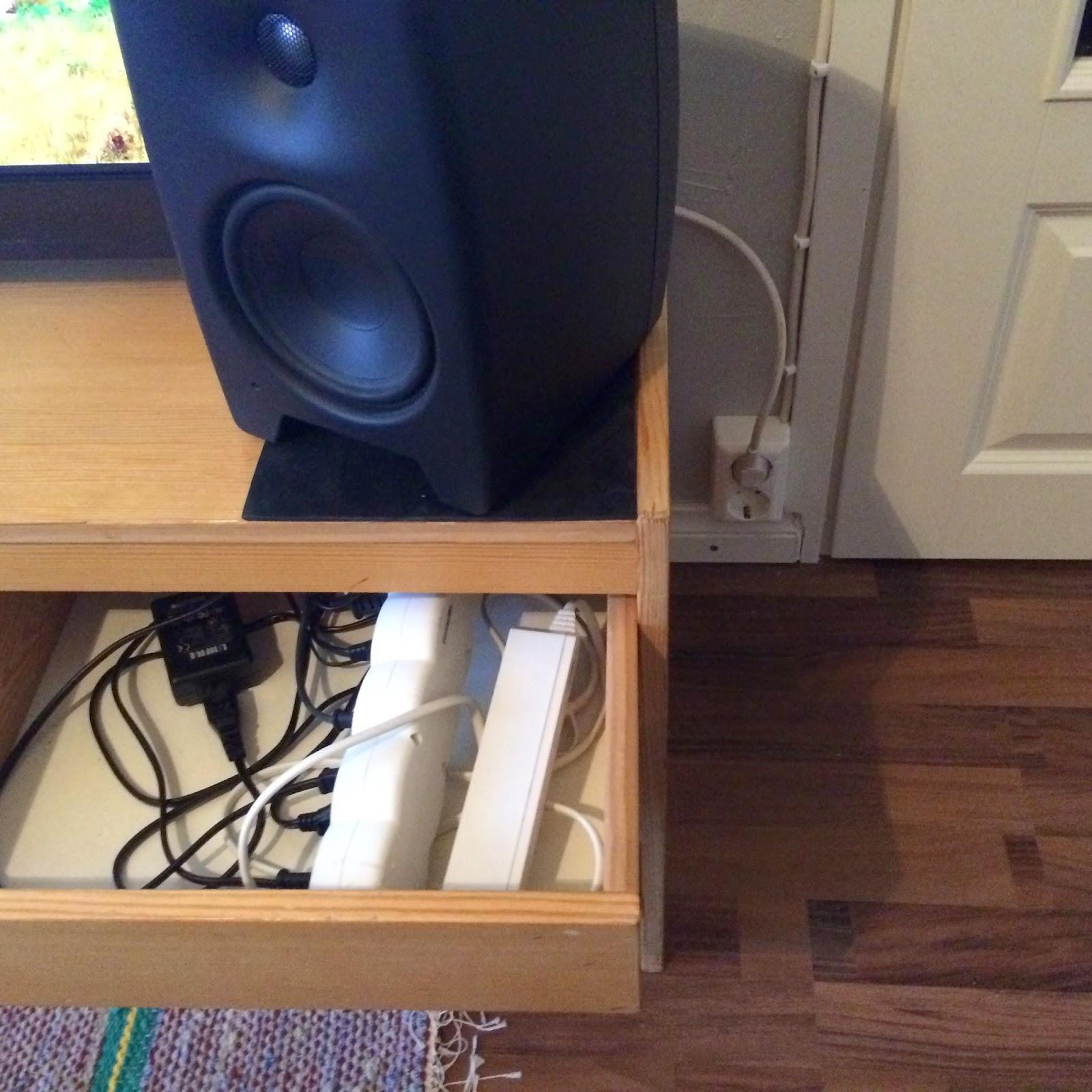 tv-taso, töpseli ja jatkojohdot laatikossa