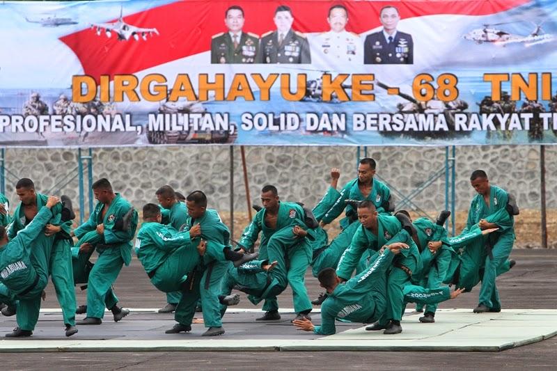UPACARA HUT TNI - Ratusan prajurit TNI berbaris saat upacara peringatan HUT ke-68 TNI di Lanudal, Sabtu (5/10). Dalam acara tersebut juga diisi oleh atraksi senam perahu karet, kolone senapan, beladiri karate, Yudo, dan, Yongmoodo.