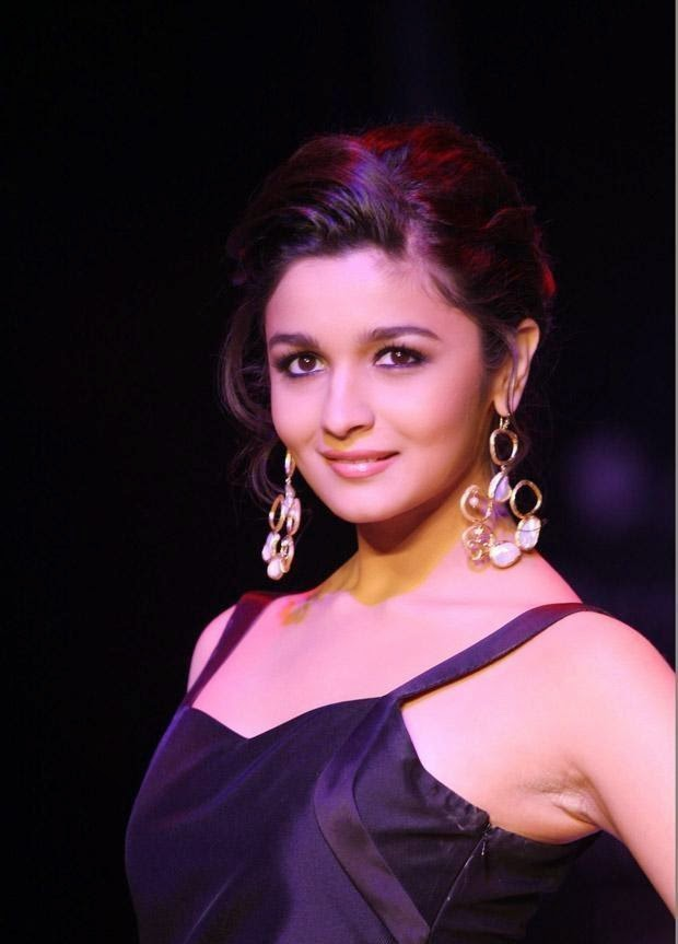 Alia Bhatt Looks very Hot while walking on ramp,Alia Bhatt Latest Hot Pics
