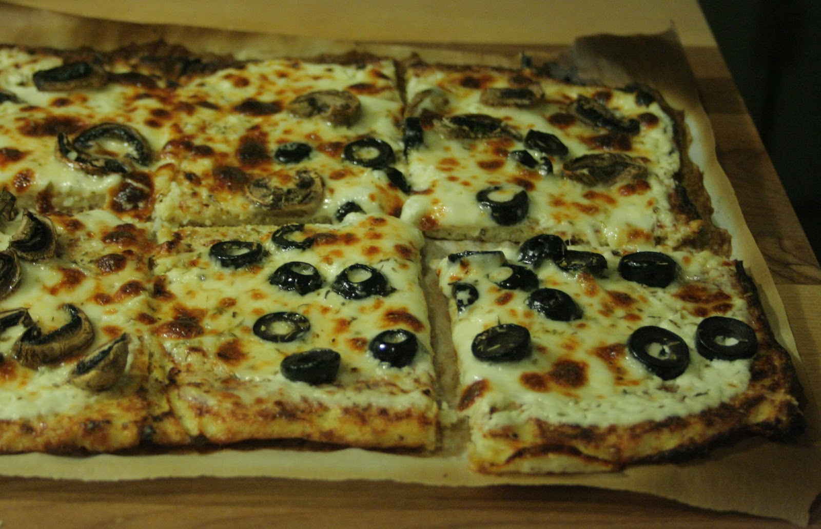 a starch free cookbook cauliflower crust pizza with white sauce. Black Bedroom Furniture Sets. Home Design Ideas