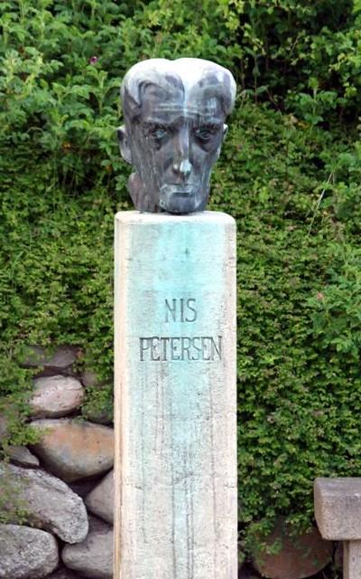 Bronzebuste af Nis Petersen, med udsigt over Julsø
