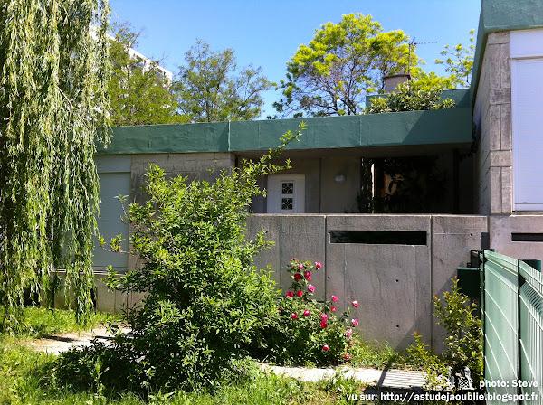 """Bagnols-sur-Cèze - Cité-jardin """"Le Bosquet"""", 30 logements individuels pour les ingénieurs du Commissariat à l'énergie atomique (CEA).  Architecte: Georges Candilis   Projet / Construction: 1957 - 1959"""