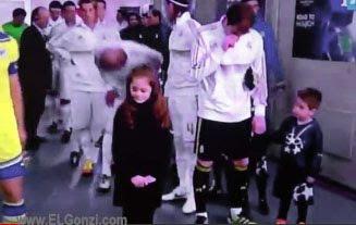 casillas pegandole un moco a niño