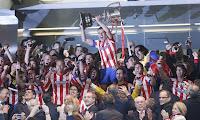 Gabi levanta la Copa en el palco del Bernabéu