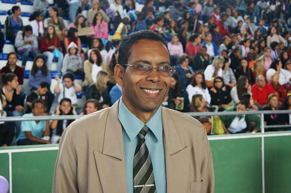 O maestro Nilton Gonçalo elogia a iniciativa da Secretaria Municipal de Educação