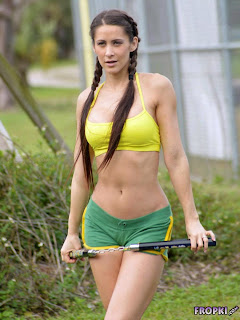 Anais Zanotti Workout Pictures in park 1.jpg
