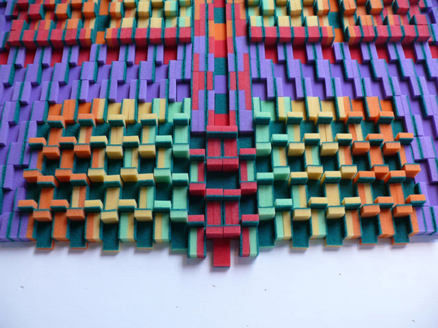 Tapete feito de garrafas, esponjas, doces e copos