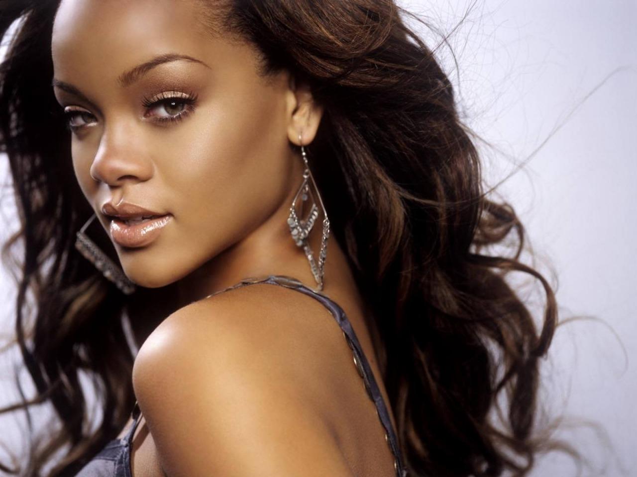 http://1.bp.blogspot.com/-XTNvy2p07y8/TjIQJCaSvWI/AAAAAAAABZY/YYp9pvurz9g/s1600/Celebrities+SeasonalColorAnalysis+Rihanna.png