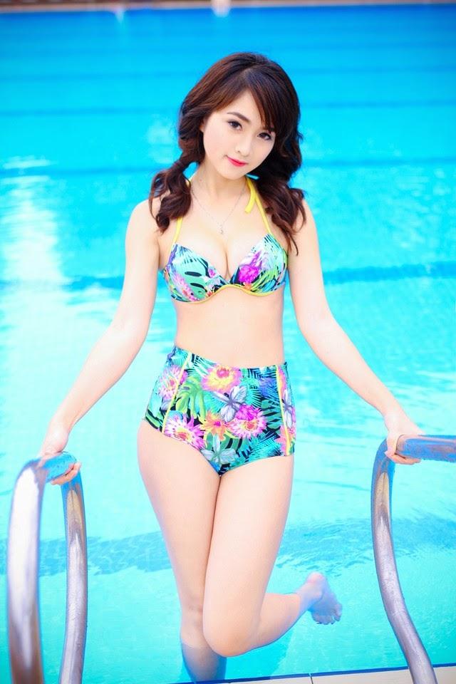 Người đẹp ngọt ngào với áo tắm bên hồ bơi