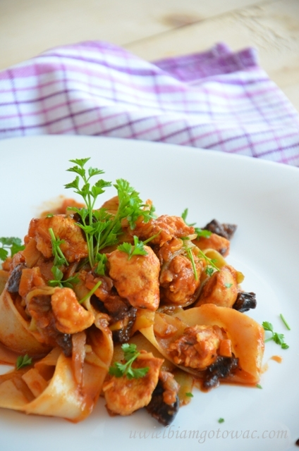 Makaron z kurczakiem w słodkim sosie z suszonymi śliwkami