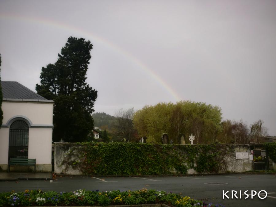 cementerio de hondarribia con arcoiris