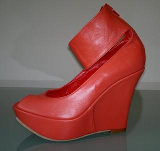 foto sandale rosii cu talpa ortopedica si cu bareta pe glezna