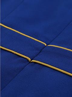 Vestido corto de manga larga y pliegues delgados en la parte delantera