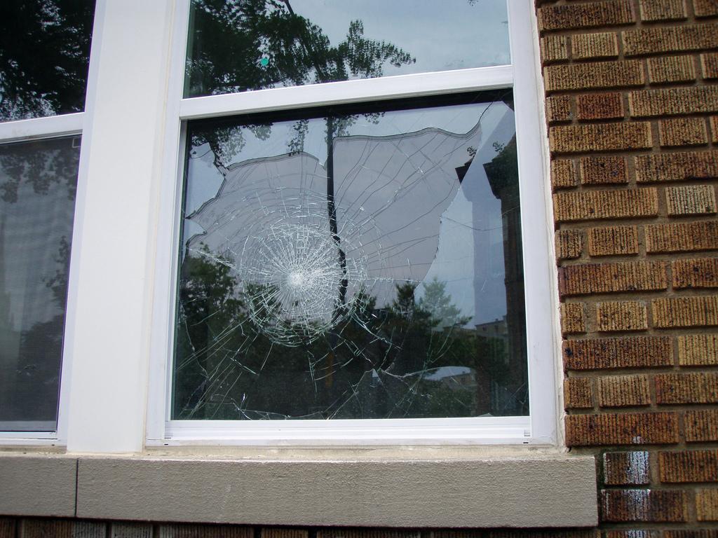 C mo cambiar un vidrio roto un manitas en casa for Se puede cambiar una puerta sin cambiar el marco