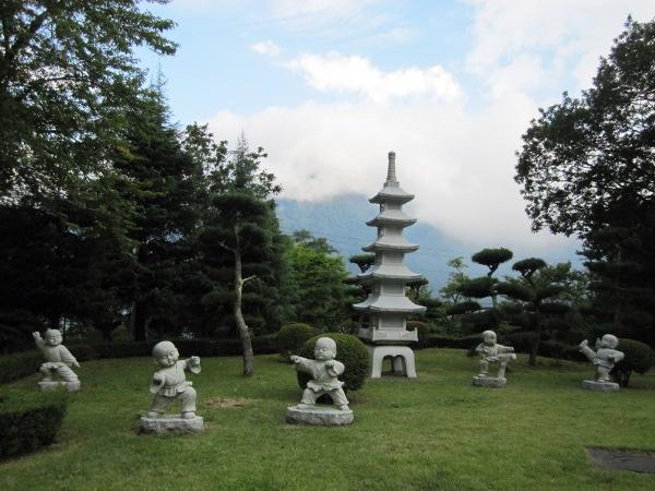 буддийский храм в японии, скульптуры в японском буддийском храме