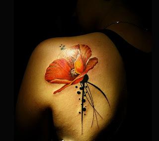 Mac rosu - tatuaj pe omoplat