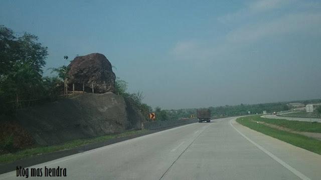 Batu Besar di Tol Cipali - Blog Mas Hendra