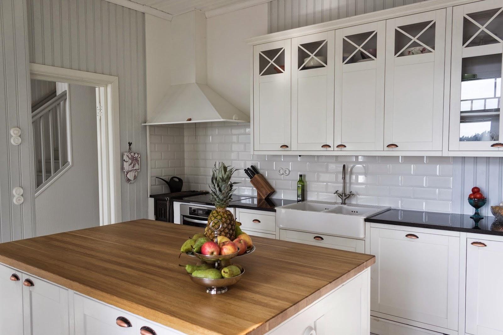 Maalaisromanttinen keittiö, country kitchen, puuhella