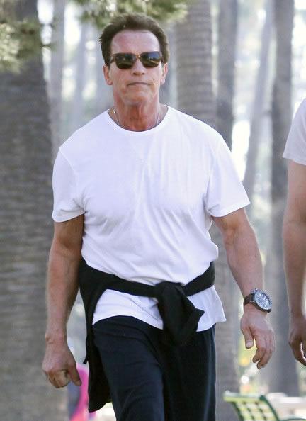 Arnold Schwarzenegger em um passeio (Foto: FameFlynet Pictures)