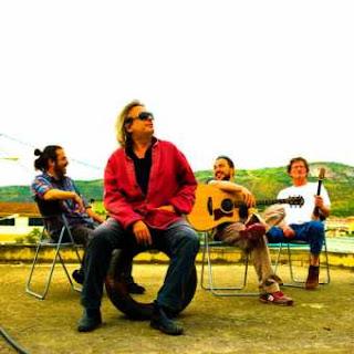"""""""Είναι βίτσιο να είσαι Έλληνας"""". Συνέντευξη του Στάθη Αραμπατζή, κιθαρίστας του Γιάννη Αγγελάκα."""