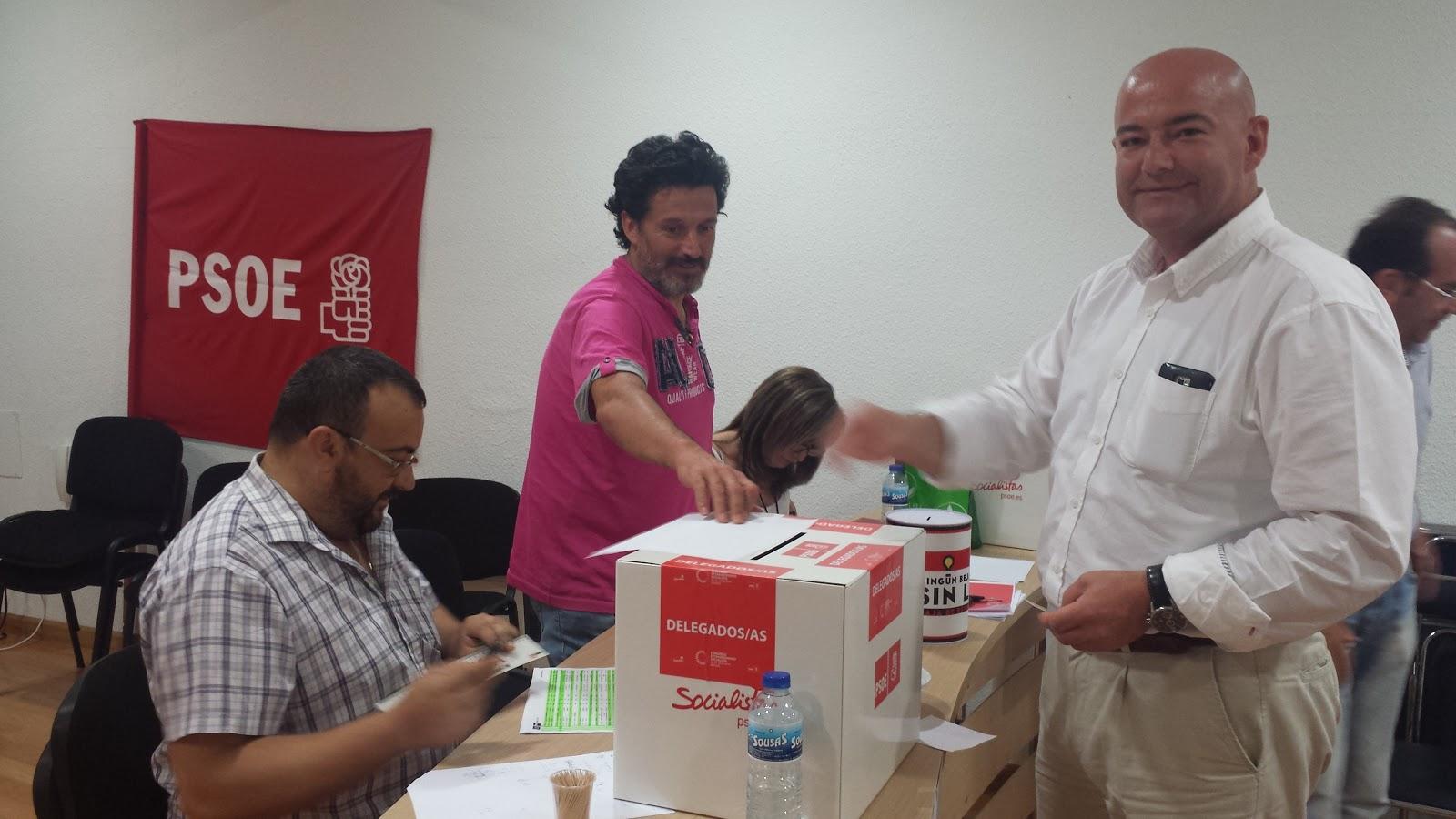 El secretario general emite su voto durante las eleccionesa la secretaria general del partido