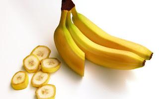 Una mascarilla con la piel del plátano maduro para reparar la piel del busto