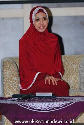 Tampil anggun dengan gaya jilbab lebar syar'i ala Oki Setiana Dewi ...
