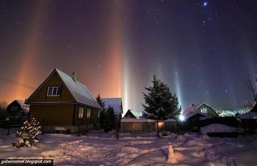 10 Foto Keindahan Fenomena Cahaya Menegak Menerangi Langit