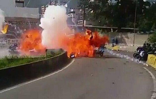 Βόμβα τινάζει στον αέρα αστυνομικούς στο Καράκας της Βενεζουέλας (βίντεο)