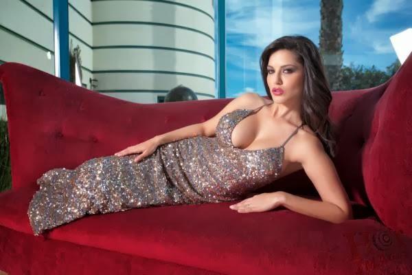 Sunny Leone Hot cleavage