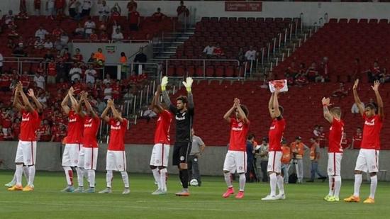 Jogadores do Inter cumprimentam a torcida após volta por cima e vitória sobre o Fluminense