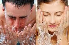 cuci muka sebaiknya dilakukan sebelum tidur pria wanita