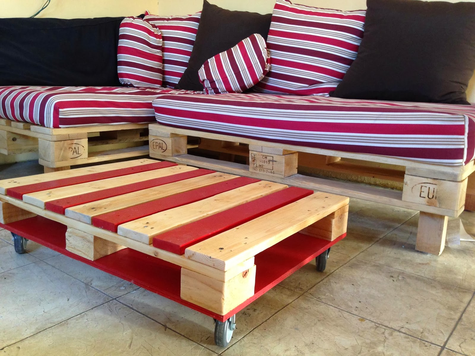 Aldea zur proyecto dise o de mobiliario con material de for Living room furniture made out of pallets