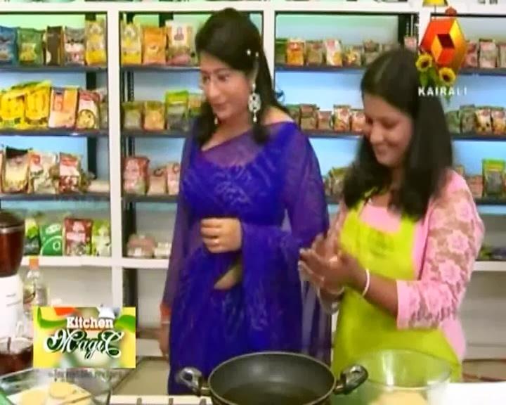 Malayalam celebrity chef Lakshmi Nair hot navel show in saree photos