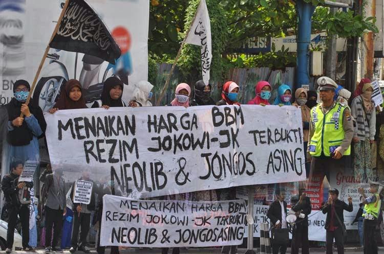 Protes naiknya harga BBM bersubsidi masih terus disuarakan  aktivis Lajnah Khusus Mahasiswa (LKM) Hizbut Tahrir Indonesia (HTI) Kalimantan Selatan.  Mereka kembali turun ke jalan, untuk menggelar aksi ke-6 secara beruntun, yang kali ini berlangsung di perempatan Jalan Letnan Jendral S. Parman, Sabtu (22/11/14) siang.