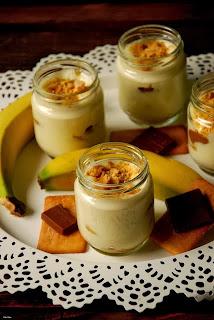 Trifle de crema de queso, plátano, chocolate con crema de speculoos y galletas