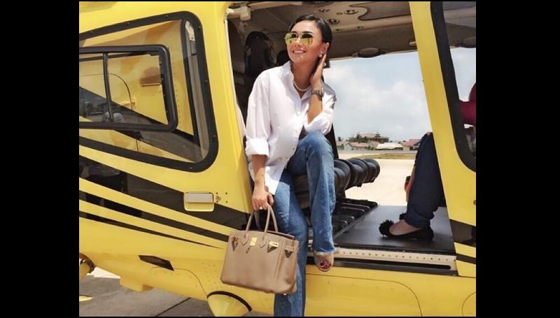Yuni Shara naik pesawat milik H. Isam
