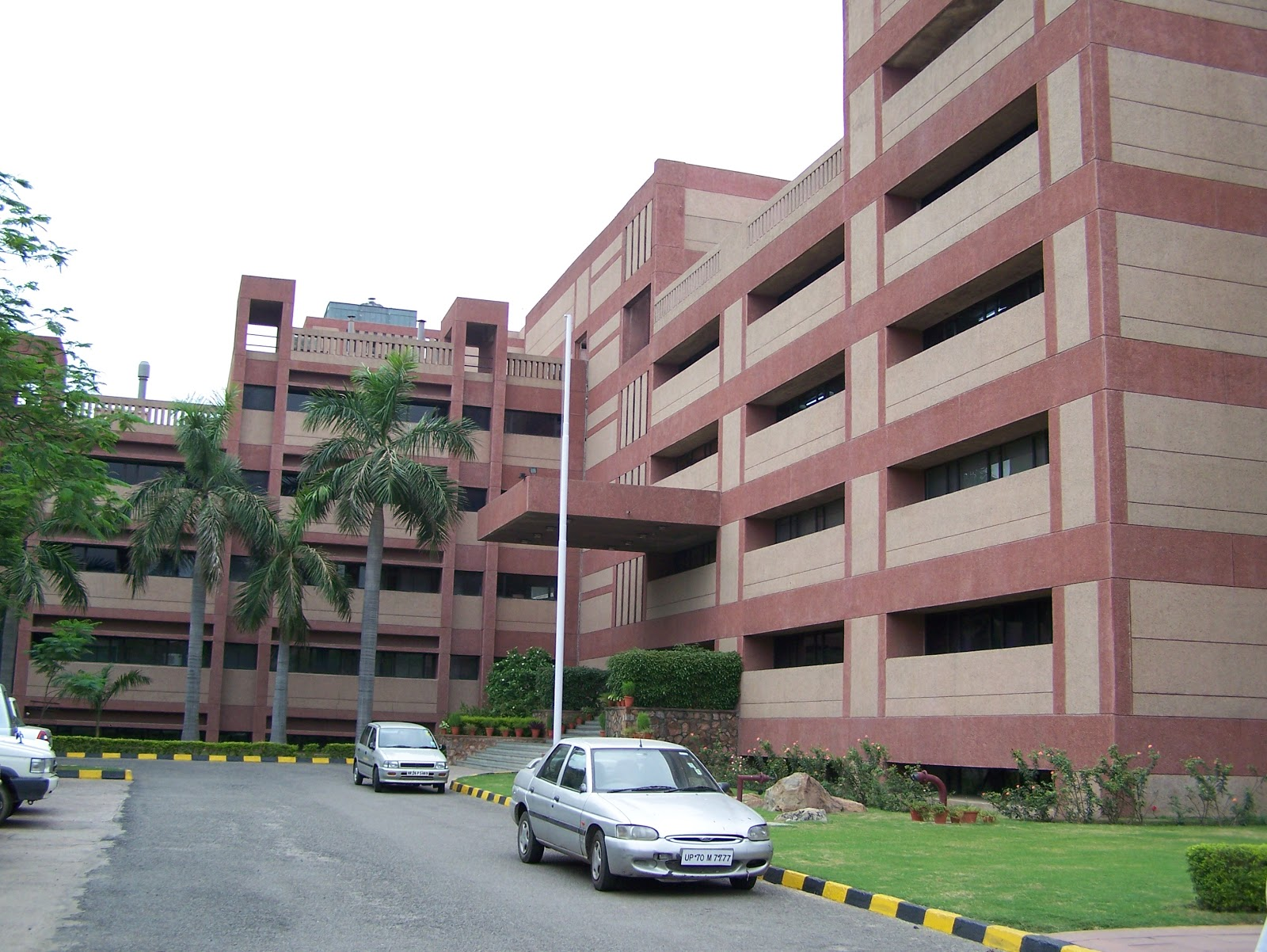 indias best research universities Top 100 universities in india 2017: mhrd updated on: apr 4, 2017,  research, professional practice & collaborative performance (rpc)  we have explained in detail the top 10 universities in india and towards the end of the article we have a table with information on the top 100 universities in india.