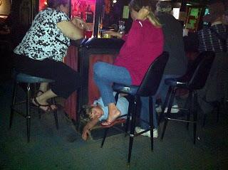 niño en bar