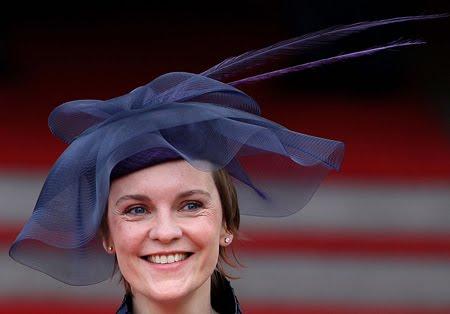 Жустин Тортън - годеницата на Ед Милибанд с тъмносиня шапка на кралската сватба