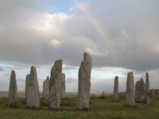 типичные менгиры - огромные продолговатые камни, вкопанные в землю вертикально