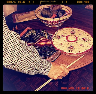Manos de abuela con agujas y lana para hacer ganchillo