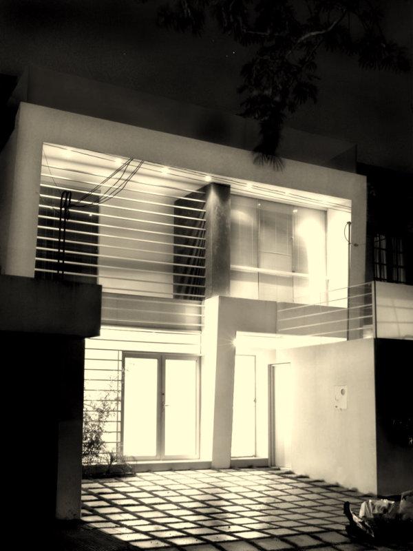 Fachadas minimalistas fachada minimalista con iluminaci n for Acabados fachadas minimalistas