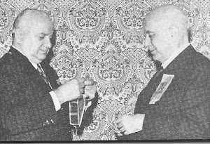 Prof. Plínio Correa de Oliveira recebe comenda da Grã-Cruz da Ordem da Polônia Restituta.