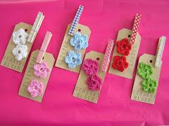 Gehaakte bloempjes op een label met knijper