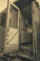 Dveře a chodba dobového vagonu
