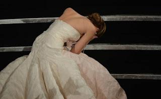Atriz cai ao receber Oscar