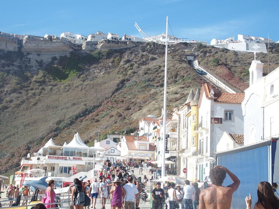 La coru a lifestyle nazar una joya en portugal - Banarse con delfines portugal ...
