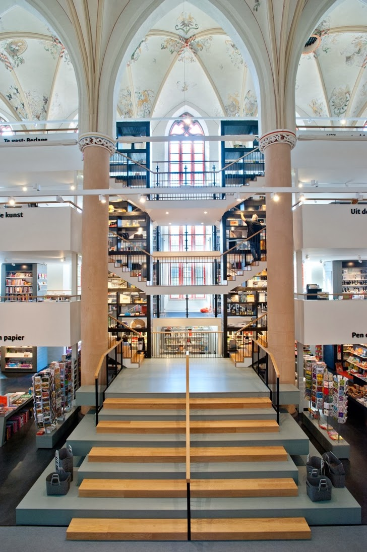 Old cathedral turned into modern bookstore the for Design hotel zwolle